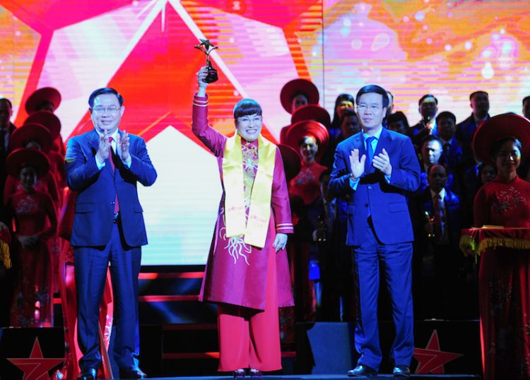 Vượt qua TOP 100 doanh nhân tiêu biểu, CEO Phuc Khang Corporation – bà Lưu Thị Thanh Mẫu - vinh dự được xướng tên trong TOP 10 doanh nhân trẻ xuất sắc nhất tại giải thưởng Sao Đỏ năm nay