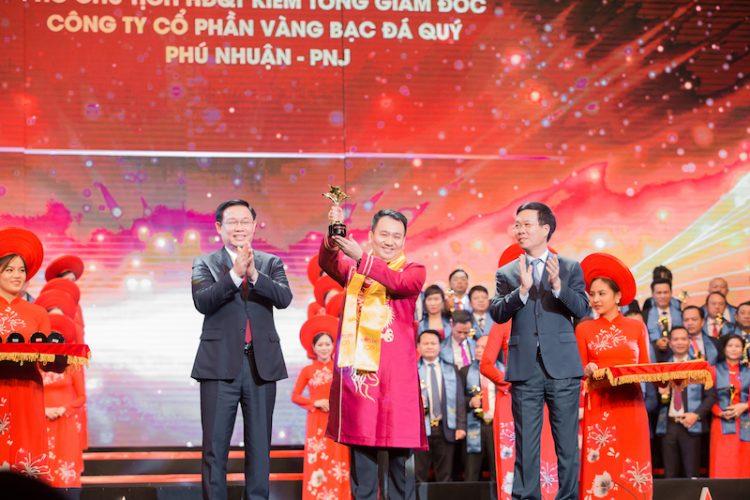 Ông Lê Trí Thông - CEO PNJ nhận giải Top 10 Doanh nhân trẻ xuâ6s sắc nhất - Giải thưởng Sao Đỏ