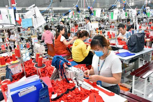 Ngành dệt may gặp khó khăn khi nguồn cung nguyên phụ liệu từ Trung Quốc sụt giảm.