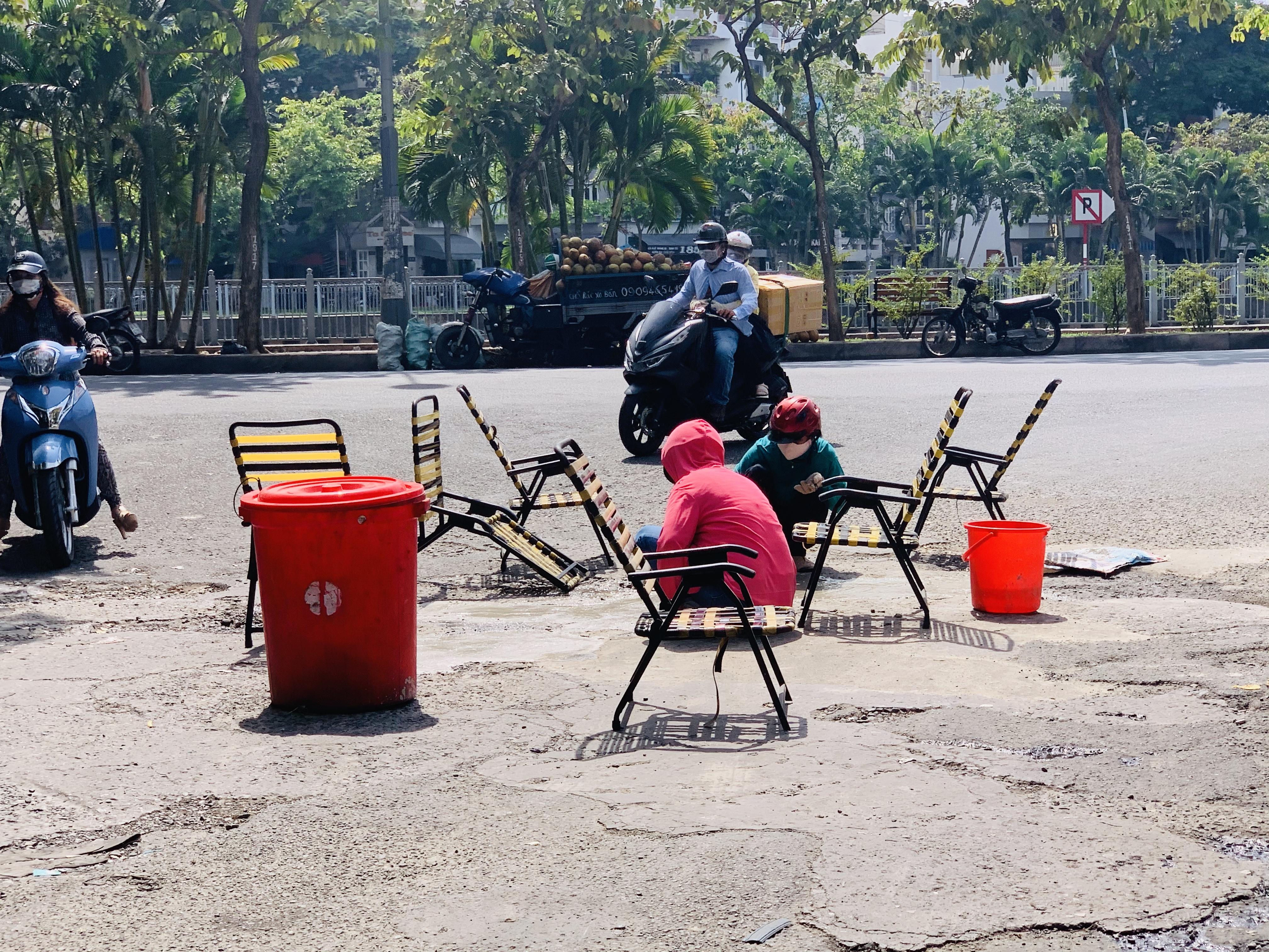 Hai phụ nữ đội nắng vá đường ở TPHCM trong sự thán phục của nhiều người 3