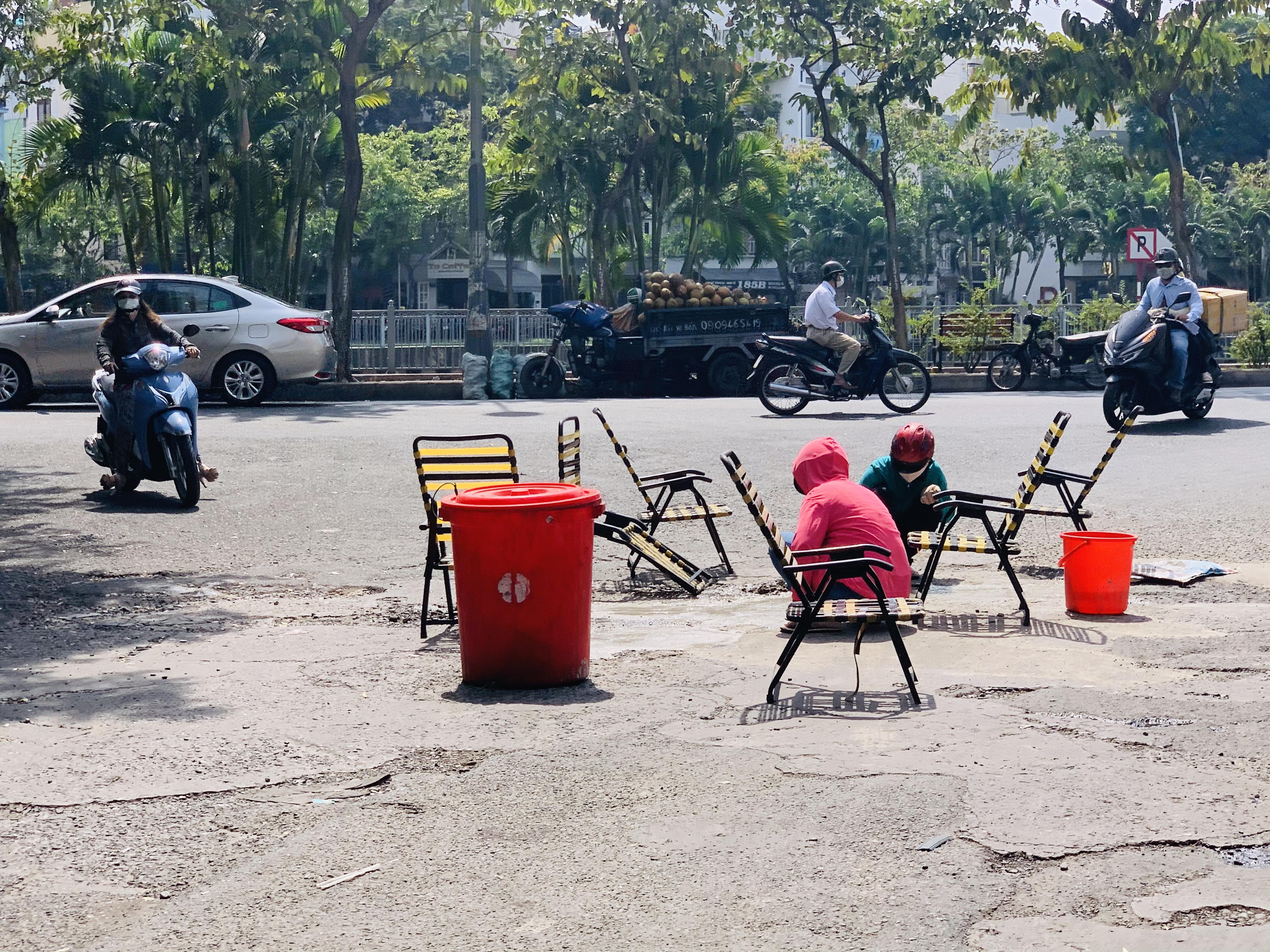 Hai phụ nữ đội nắng vá đường ở TPHCM trong sự thán phục của nhiều người 2