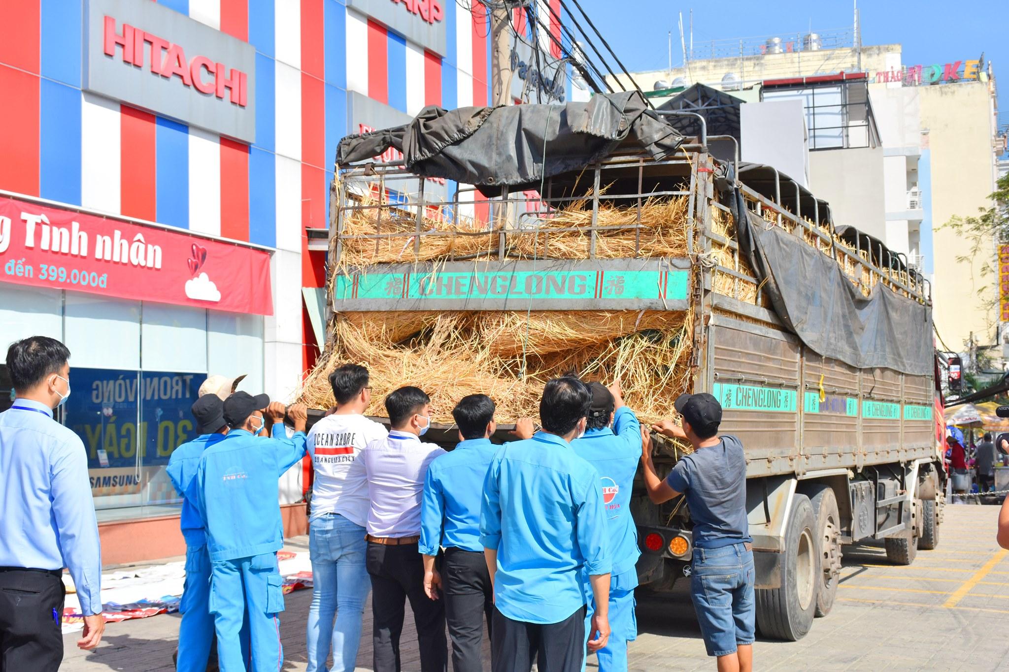 Thiên Hòa mua hàng tấn dưa hấu của nông dân tặng cho nhân viên và đối tác 33