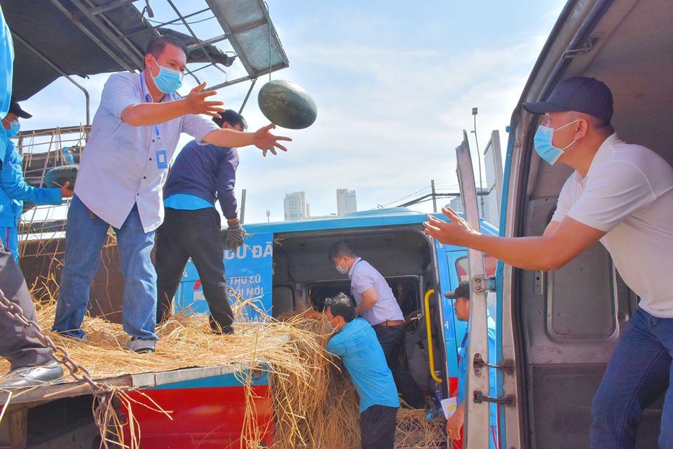 Thiên Hòa mua hàng tấn dưa hấu của nông dân tặng cho nhân viên và đối tác 34