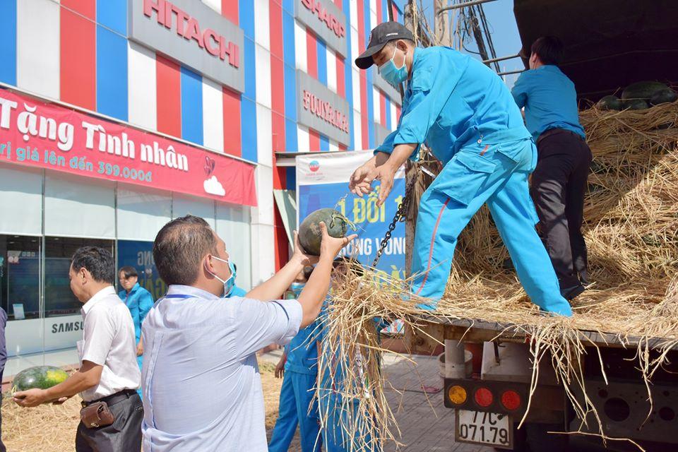 Thiên Hòa mua hàng tấn dưa hấu của nông dân tặng cho nhân viên và đối tác 31