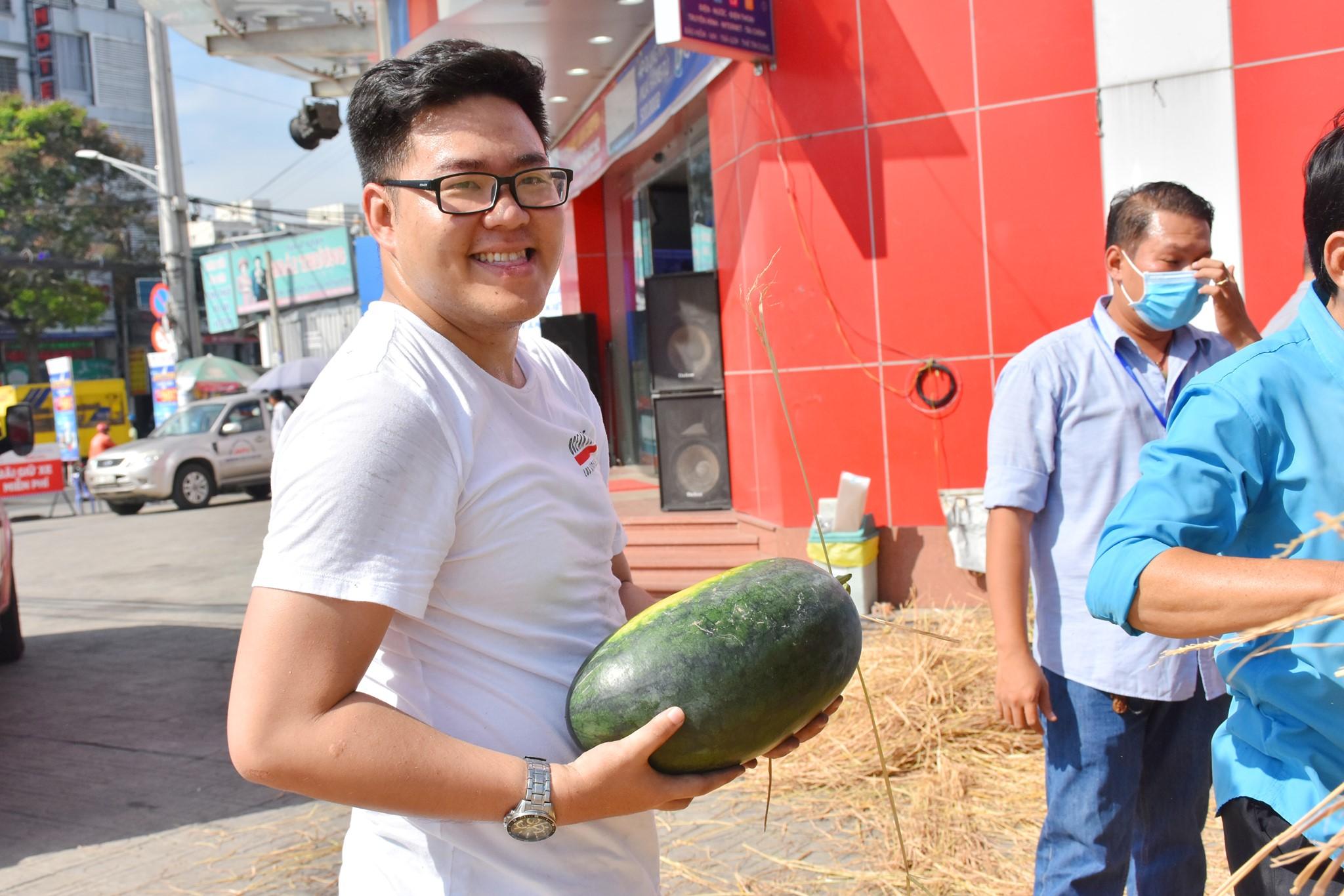 Thiên Hòa mua hàng tấn dưa hấu của nông dân tặng cho nhân viên và đối tác 36