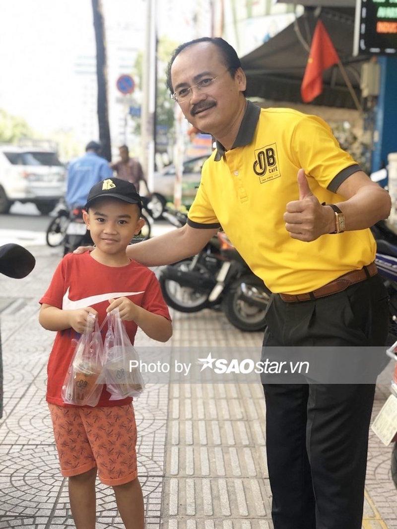 Bầu Thắng đứng bán cà phê giữa lòng Sài Gòn 8