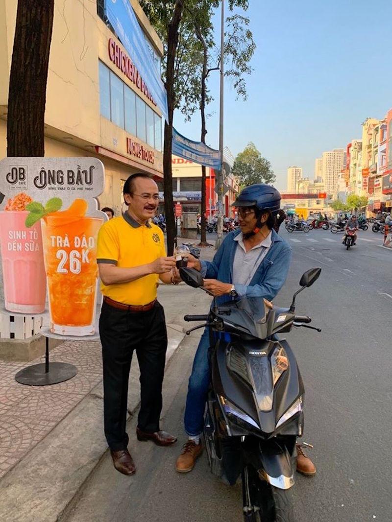 Bầu Thắng đứng bán cà phê giữa lòng Sài Gòn 7