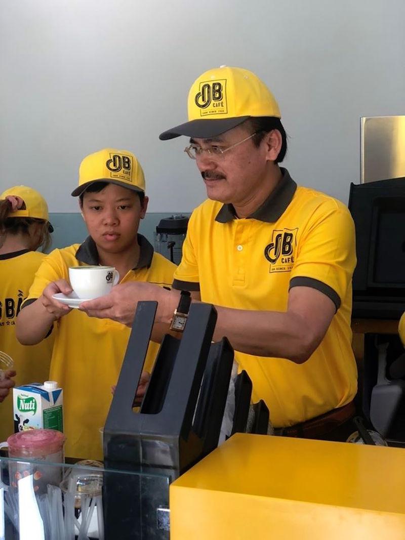 Bầu Thắng tự tay pha cà phê để bán cho khách hàng