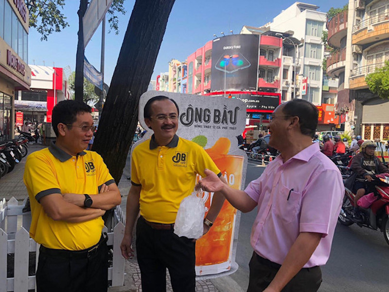 Bầu Thắng đứng bán cà phê giữa lòng Sài Gòn 10