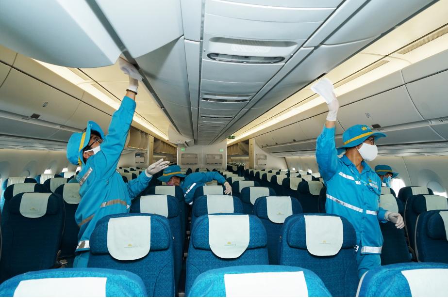Toàn bộ khoang hành khách, phòng vệ sinh, bếp…trên máy bay đều được vệ sinh khử trùng. Các nhân viên vệ sinh được bảo hộ bằng khẩu trang kháng khuẩn, găng tay hai lớp và mũ.