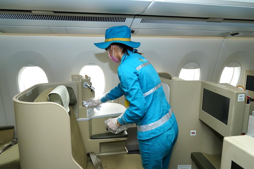 Cận cảnh quy trình vệ sinh khử trùng tàu bay nội địa của Vietnam Airlines 13