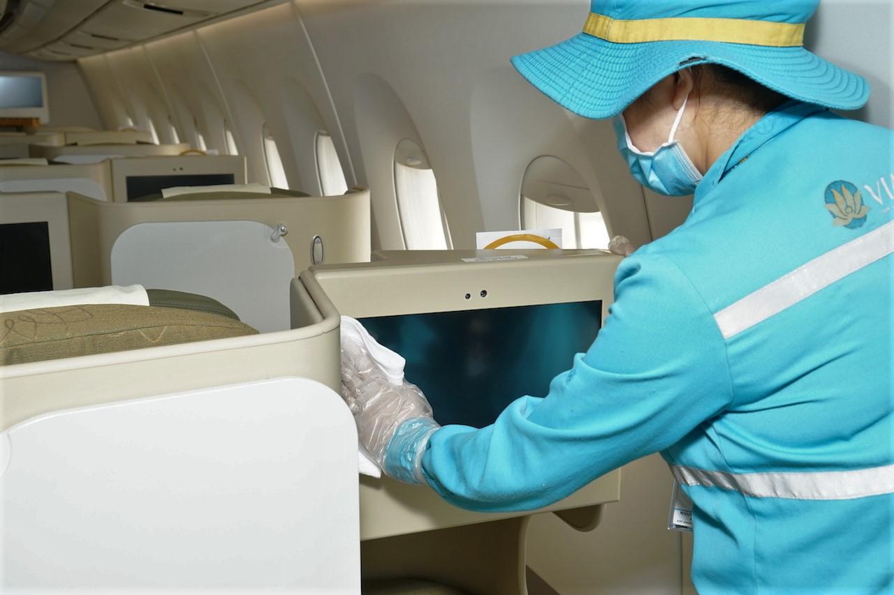 Cận cảnh quy trình vệ sinh khử trùng tàu bay nội địa của Vietnam Airlines 15