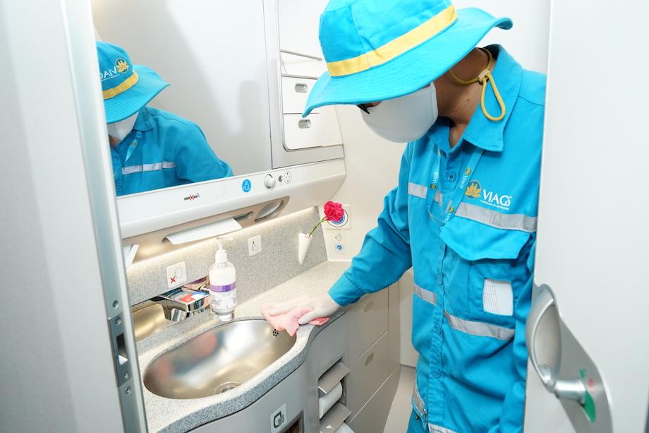 Cận cảnh quy trình vệ sinh khử trùng tàu bay nội địa của Vietnam Airlines 17