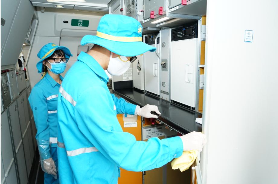 Cận cảnh quy trình vệ sinh khử trùng tàu bay nội địa của Vietnam Airlines 18