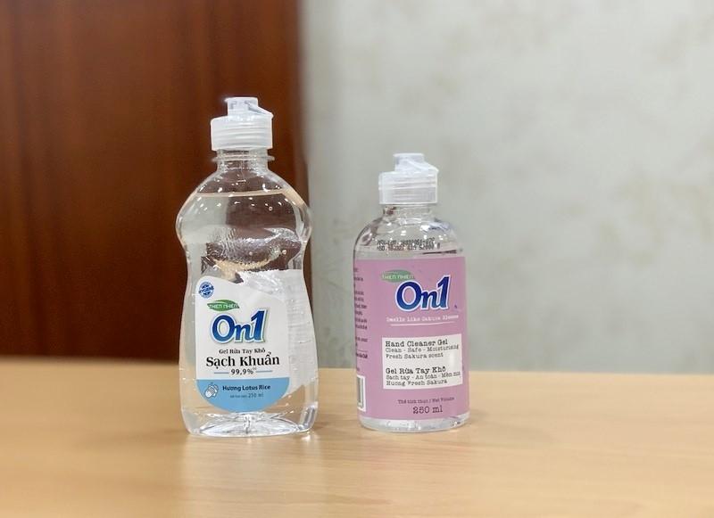 """Lix đưa ra thị trường 2 mẫu Gel rửa tay khô, một mẫu có chứa nội dung """"sạch khuẩn 99,9%"""", một mẫu chỉ ghi """"sạch tay – an toàn – mềm mịn"""""""