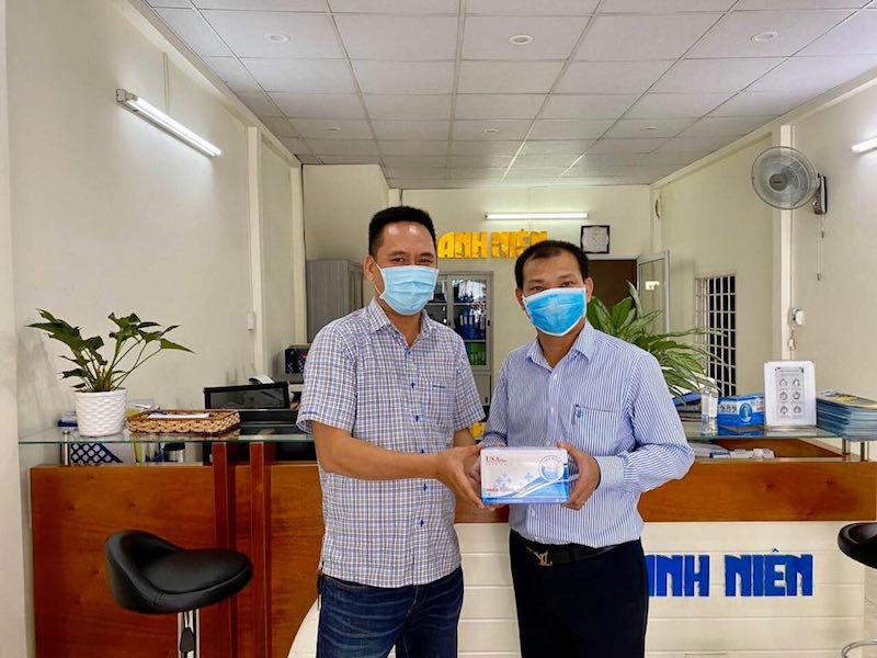 Anh Trần Quốc Lập tặng khẩu trang cho Nhà báo Đỗ Trường (báo Thanh niên)