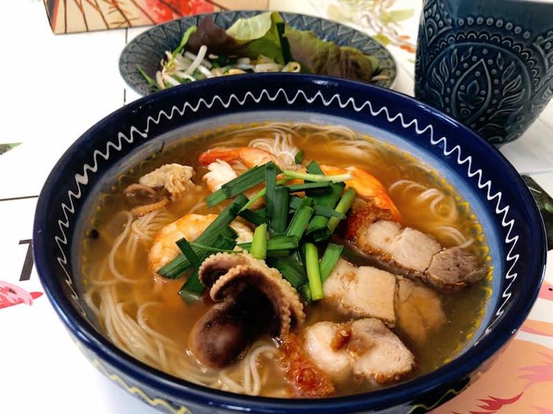 """Vào bếp với """"nữ hoàng truyền thông"""" Nguyễn Phạm Khánh Vân: """"Heo quay giòn rụm đê!"""" 18"""