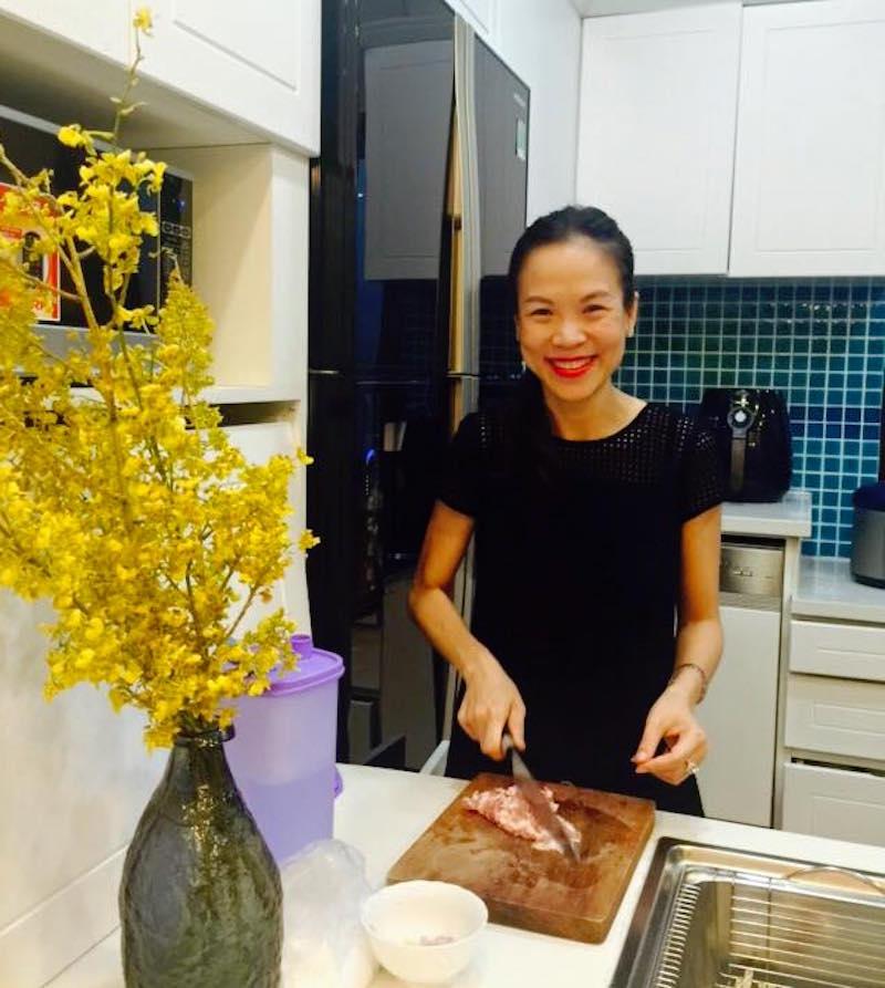 """Vào bếp với """"nữ hoàng truyền thông"""" Nguyễn Phạm Khánh Vân: """"Heo quay giòn rụm đê!"""" 14"""
