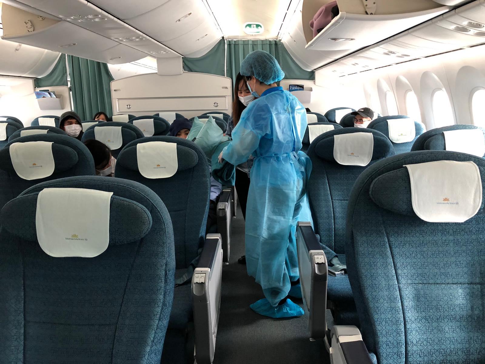 Bên trong chuyến bay chở công dân Việt Nam tại Nhật Bản về nước 4