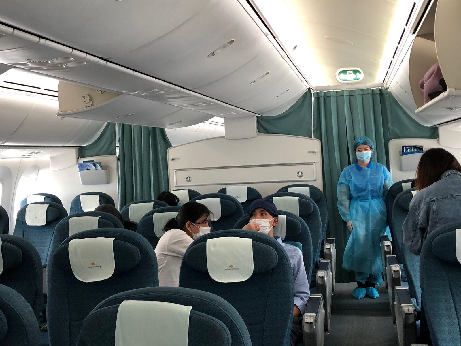 Bên trong chuyến bay chở công dân Việt Nam tại Nhật Bản về nước 5