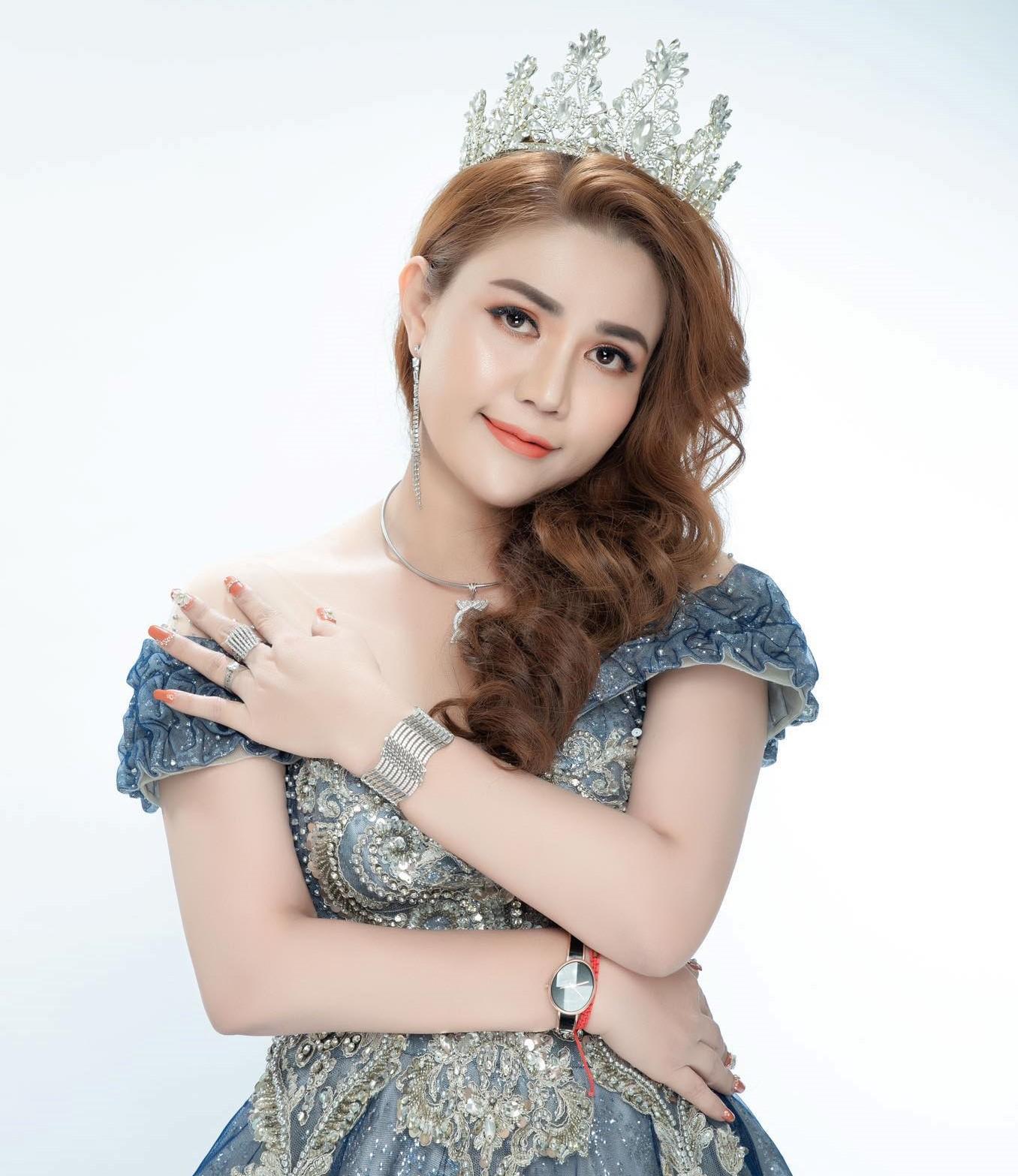 Á hậu Hoàn Hảo trẻ trung, xinh đẹp như những cô gái mới bước vào tuổi đôi mươi.