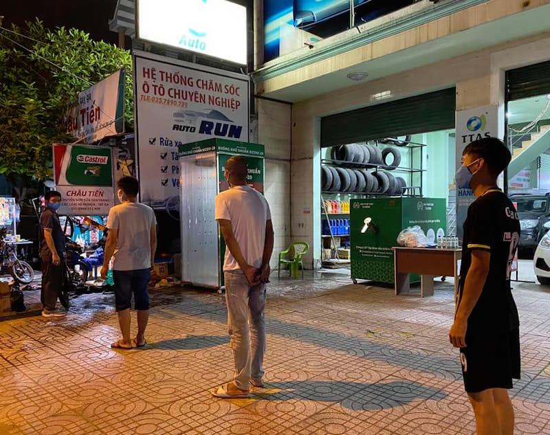 Điểm khử khuẩn và nhận gạo miễn phí bằng ATM Gạo tự động 27