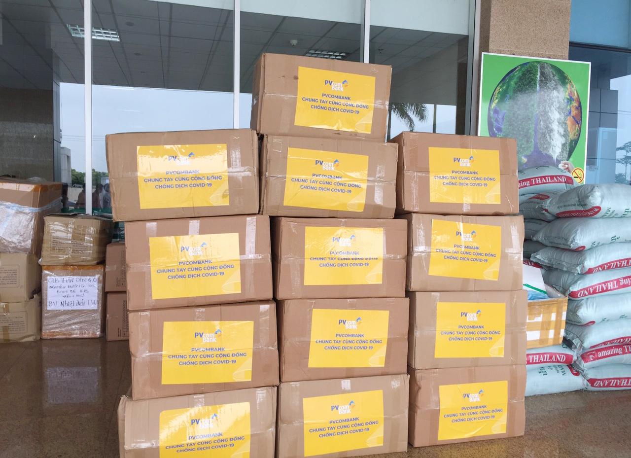 PVcomBank tài trợ vật tư y tế cho bệnh viện chống dịch Covid-19 5