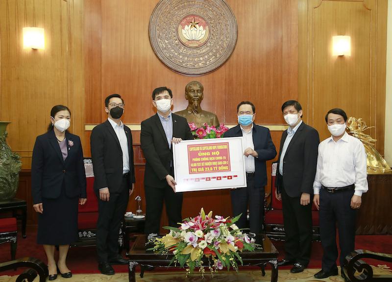 Đại diện CapitaLand Việt Nam trao chứng nhận tài trợ cho đại diện Ủy ban Trung ương Mặt trận Tổ quốc Việt Nam, Bộ Y tế vào ngày 7 tháng 4