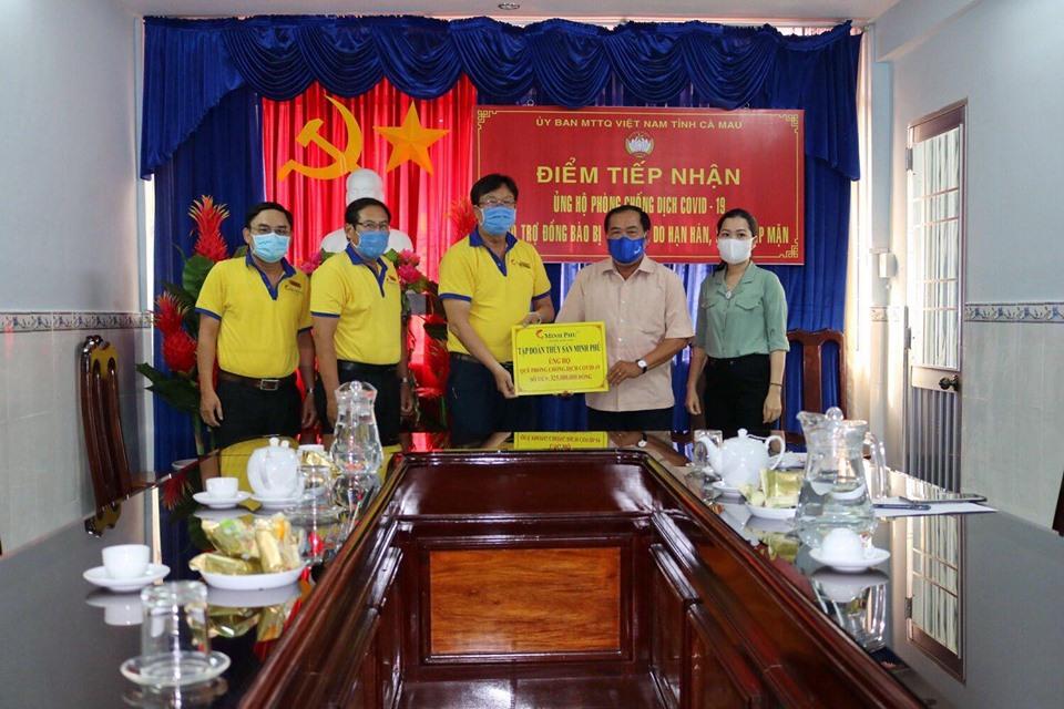 Công ty Cổ phần Tập đoàn Thuỷ hải sản Minh Phú Cà Mau trao tiền ủng hộ công tác phòng chống dịch bệnh và hỗ trợ đồng bào bị thiệt hại do hạn hán, xâm nhập mặn