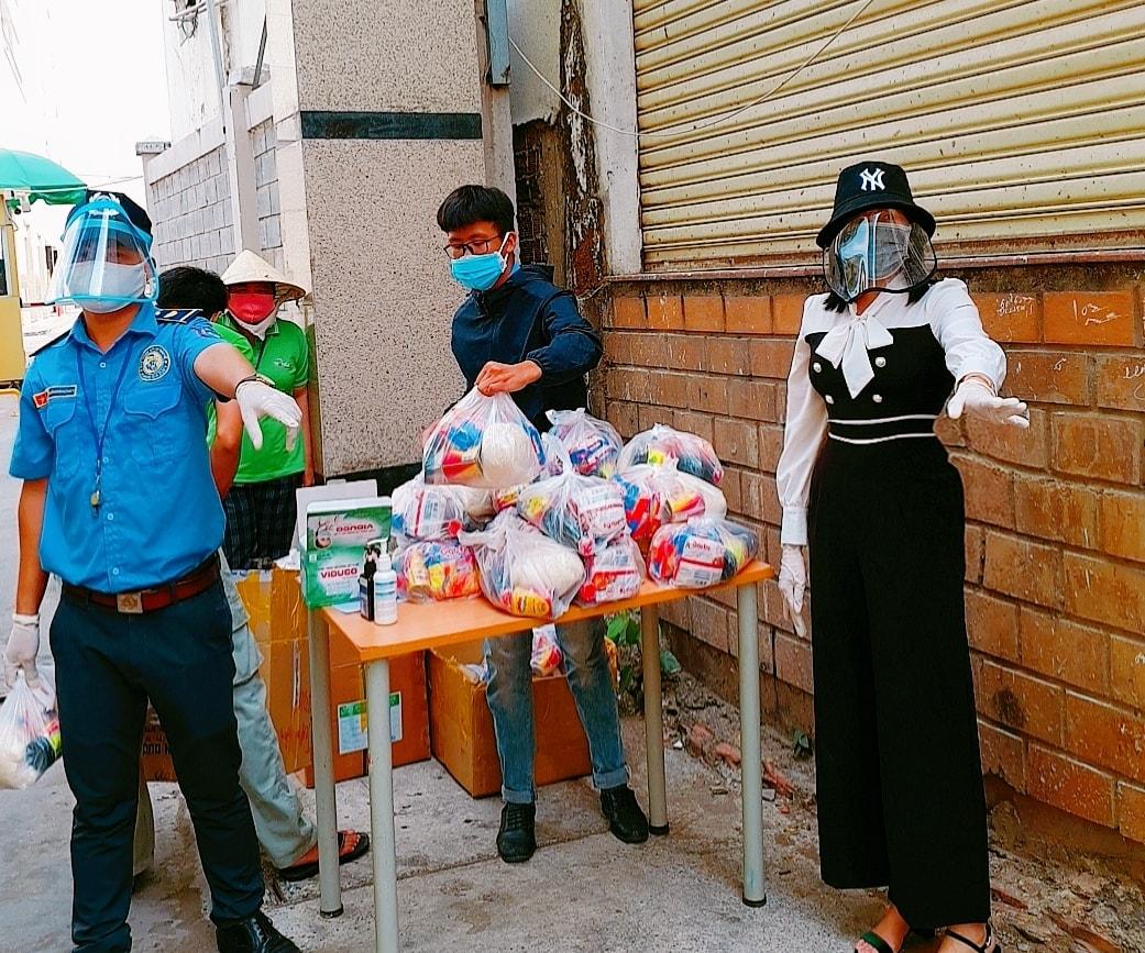 """Nữ hoàng doanh nhân Kim Ngân """"tiếp sức"""" 550 phần quà cho người nghèo 7"""