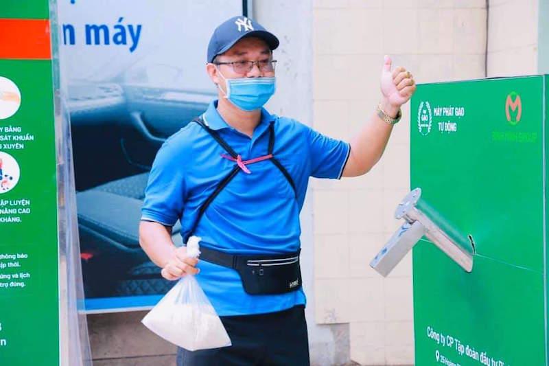 TPHCM: Một người đi bộ 15km đến nhận đúng 1,5kg gạo về cho người khuyết tật 9