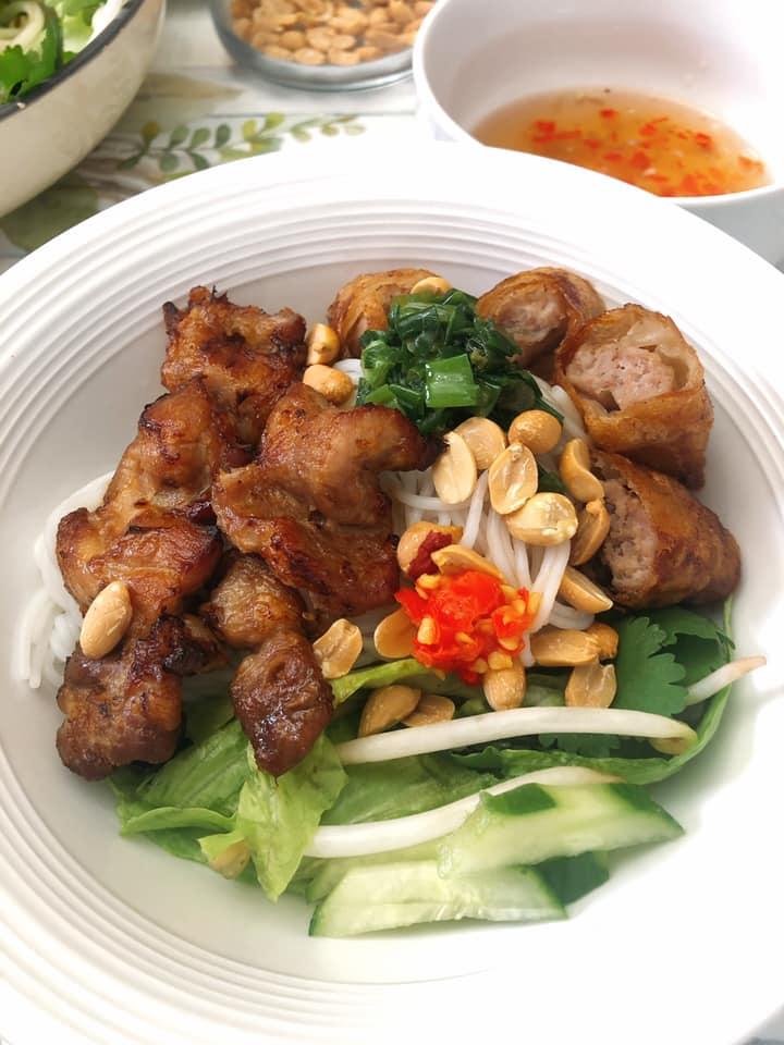 """Vào bếp cùng """"nữ hoàng truyền thông"""" Nguyễn Phạm Khánh Vân: Chuyên đề heo nướng 3"""