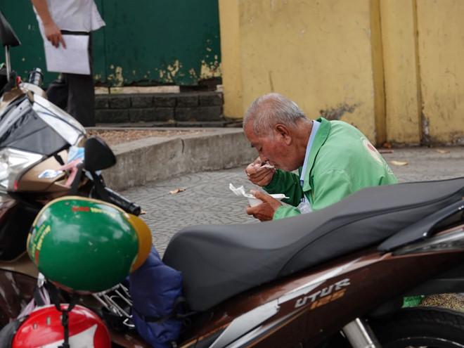 Tháo khẩu trang ngồi ăn một mình cũng bị phạt: Vì đâu nên nỗi? 3