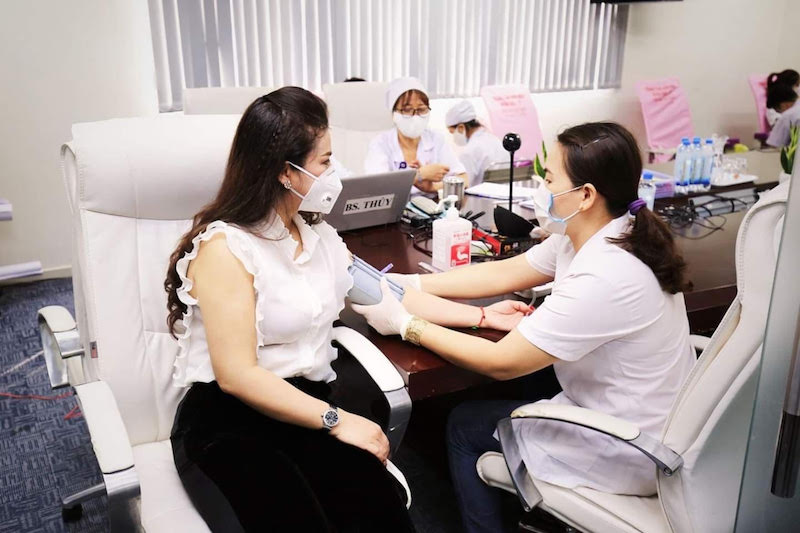 Bà Lê Hoàng Diệp Thảo (CEO TNI – King Coffee) xúc động khi được tham gia hiến máu vào sáng 10/4