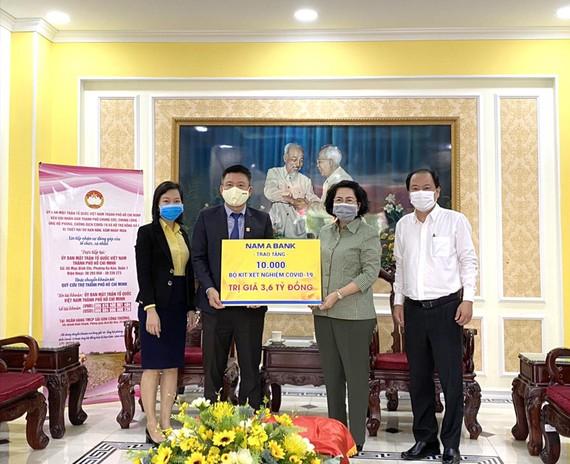 Ông Hoàng Việt Cường – Phó Tổng Giám đốc Nam A Bank trao tặng 10.000 bộ kit xét nghiệm Covid-19 cho Đại diện Ủy Ban Mặt Trận Tổ Quốc Việt Nam TP.HCM và Sở Y tế TP.HCM.