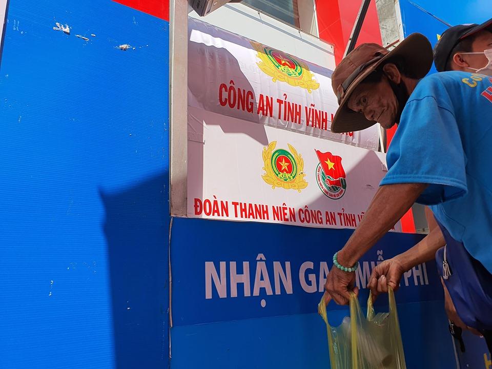 """Ấm lòng """"ATM gạo"""" nghĩa tình của Đoàn thanh niên Công an Vĩnh Long 1"""