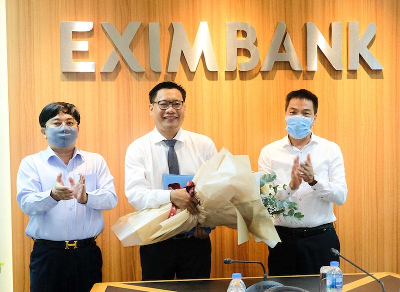 Ông Cao Xuân Ninh – Chủ tịch HĐQT Eximbank (bên phải) và Ông Nguyễn Quang Thông – Phó Chủ tịch HĐQT (bên trái) trao quyết định tiếp nhận và bổ nhiệm Kế toán trưởng Eximbank cho Ông Lã Quang Trung.