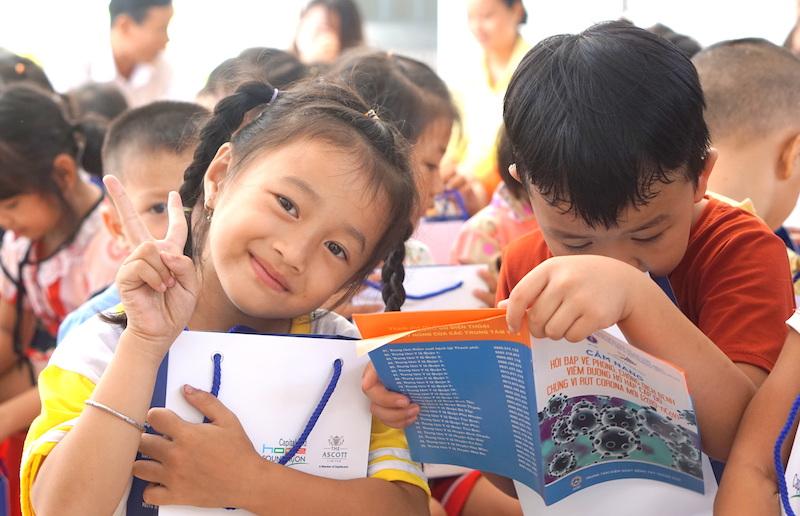 Các em học sinh trường mẫu giáo Tân Tây nhận bộ chăm sóc sức khỏe phòng chống COVID-19 trong khuôn khổ chương trình