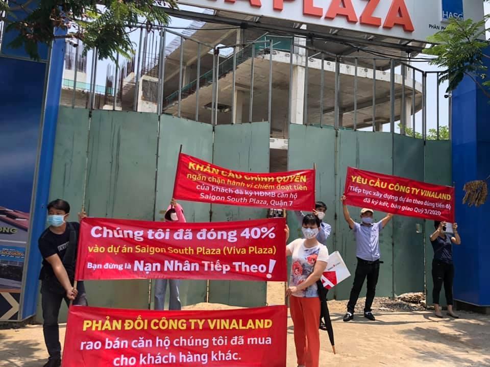Người mua nhà ở dự án Saigon South Plaza căng băng rôn cảnh báo 3