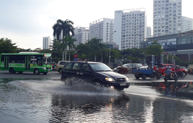 Mùa mưa, dân ở chung cư ngán ngẫm nước vào tới tận cửa nhà...! 3