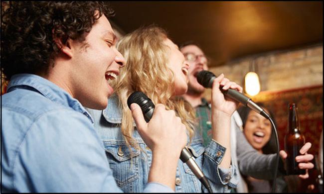 Nhìn cách hát karaoke, đoán người 1