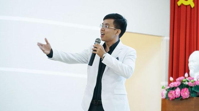 Thầy giáo Nguyễn Thái Dương tại buổi Talk Show ĐH Hutech - Ảnh: ĐH Hutech