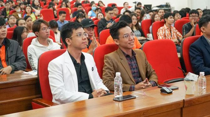 Từ trái sang: thầy giáo 9x Nguyễn Thái Dương - nhà sáng lập và điều hành hệ thống trung tâm Anh ngữ Speak Only - Ảnh: ĐH Hutech