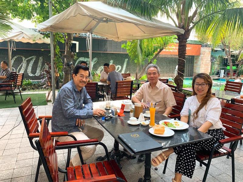 Chị Quỳnh Trần (phải) cùng những người bạn đang cà phê cuối tuần và bàn luận kinh tế