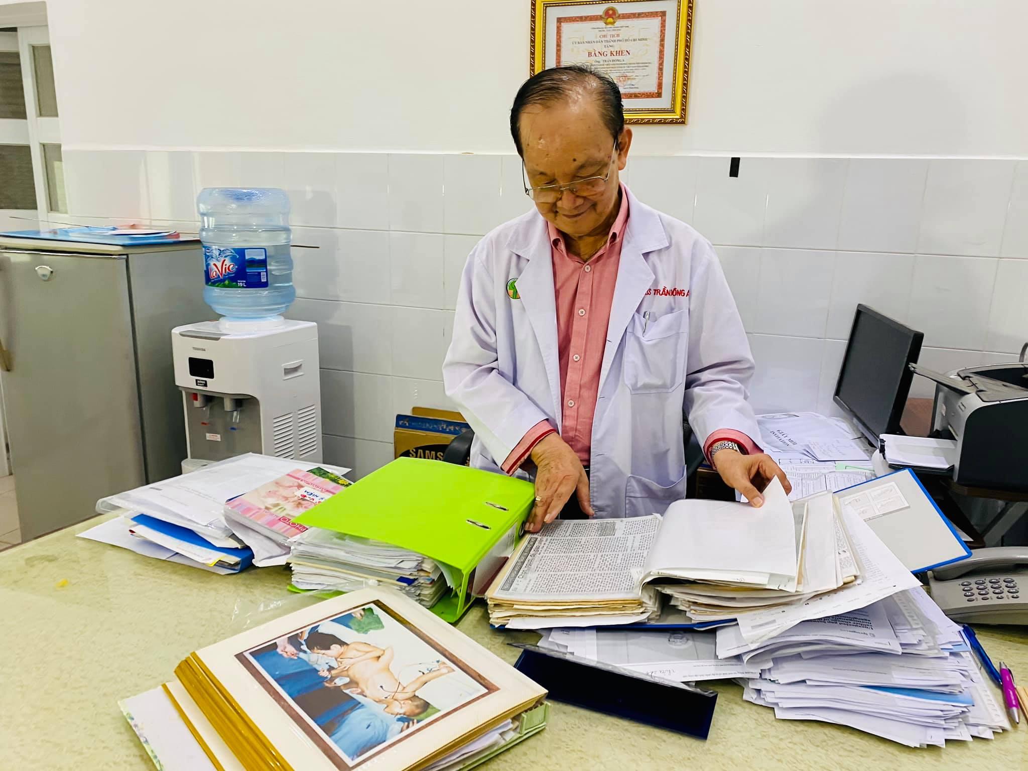"""GS.BS Trần Đông A: Những bức ảnh ca tách cặp song sinh dính liền Việt - Đức như là """"bằng chứng y khoa"""" 2"""