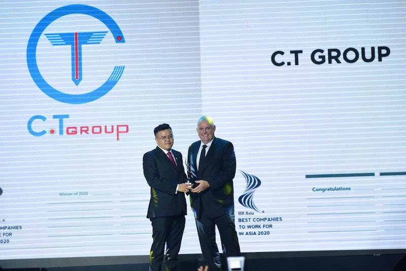 Ông Trần Văn Thái – Giám đốc Ban Nhân lực Cộng đồng C.T Group đại diện toàn thể CBNV Tập đoàn nhận giải thưởng Nơi làm việc tốt nhất Châu Á.