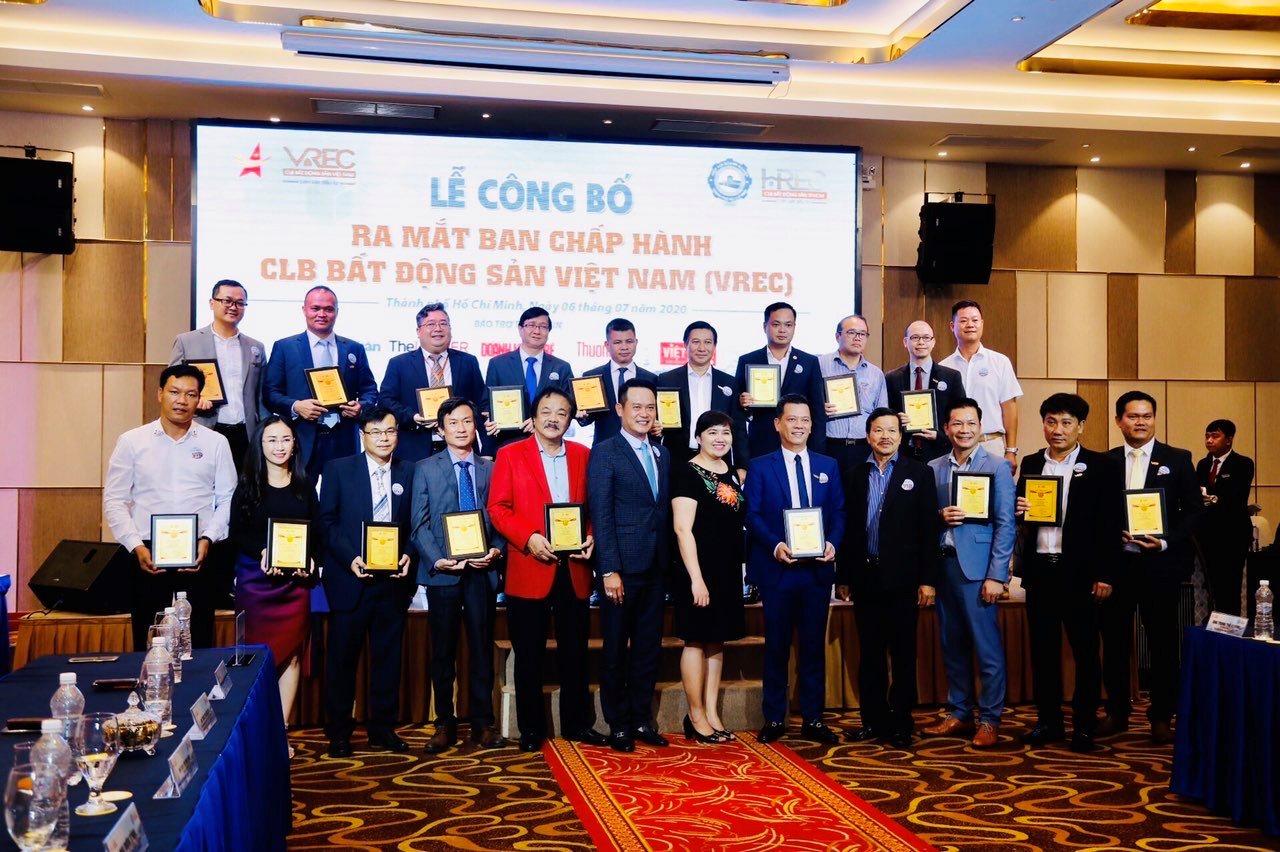 Các thành viên Ban chấp hành CLB Bất động sản Việt Nam ra mắt trong chiều 6/7. Ảnh: Doanh nhân trẻ