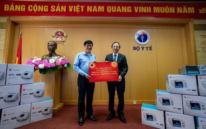 GS Đỗ Tất Cường, Phó Tổng Giám đốc Hệ thống Y tế Vinmec, đại diện Tập đoàn Vingroup trao tặng máy thở cho quyền Bộ trưởng Bộ Y tế Nguyễn Thanh Long. Ảnh: Báo Thanh Niên