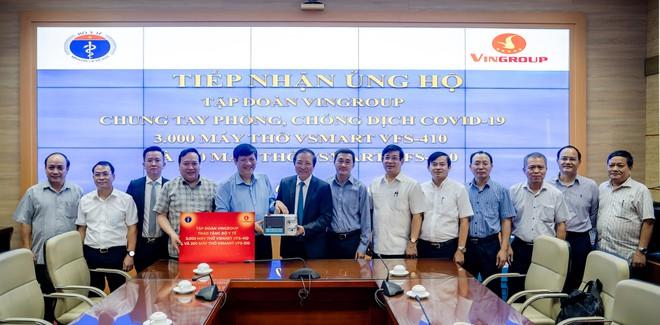 Đại diện Tập đoàn Vingroup trao tặng Bộ Y tế 3.000 máy thở Vsmart VFS-410 và 200 máy thở Vsmart VFS-510. Ảnh: Báo Thanh Niên