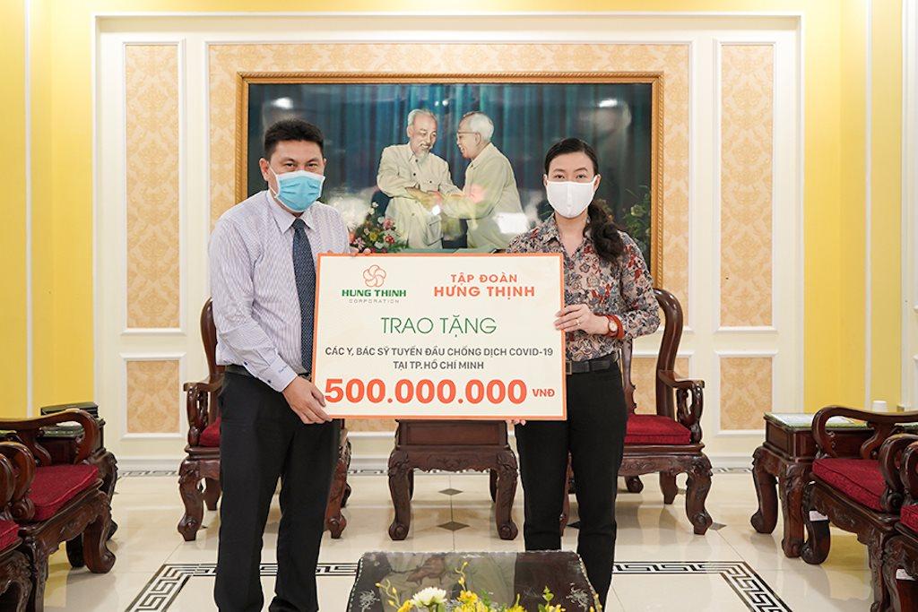 Ngày 31/3/2020, ông Nguyễn Nam Hiền - Phó Tổng Giám đốc Tập đoàn Hưng Thịnh trao tặng 500 triệu đồng cho đội ngũ y, bác sĩ tuyến đầu chống dịch Covid-19 tại TP.HCM thông qua Ủy ban MTTQ Việt Nam TP.HCM. Ảnh: TN&MT